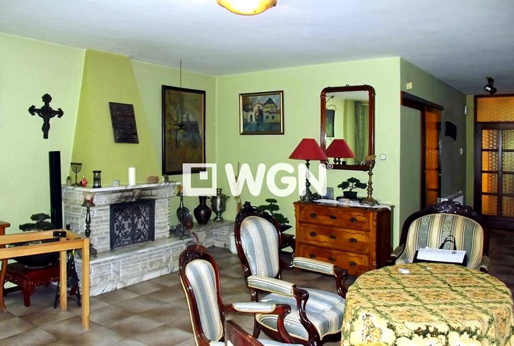 zdjęcie przedstawia kominek w salonie willi do sprzedaży w Chorzowie