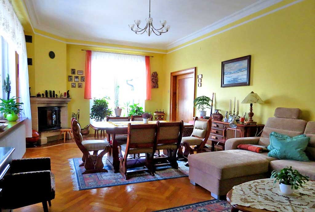 zdjęcie przedstawia salon w luksusowej willi na sprzedaż w Dusznikach-Zdroju