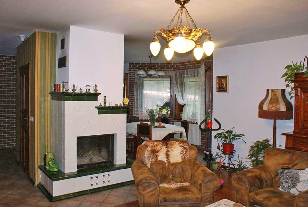 na zdjęciu kominek w salonie luksusowej willi do sprzedaży w Grodzisku Mazowieckim