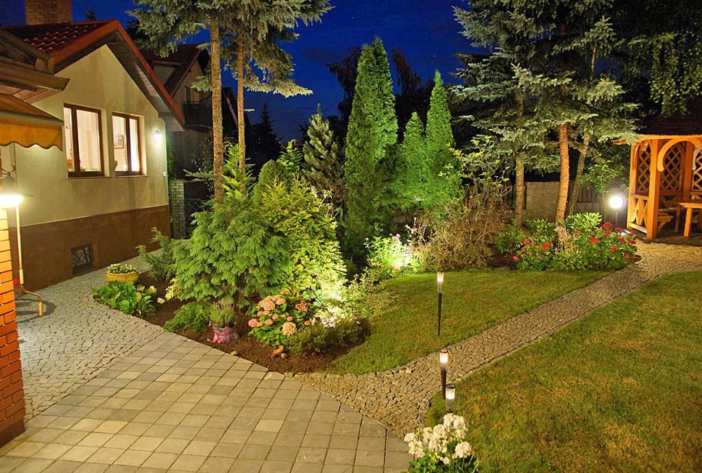 zdjęcie nocne przedstawiające pięknie oświetloną willę na sprzedaż w Kwidzynie