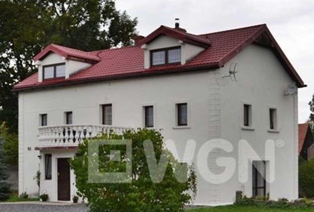 na zdjęciu widok od strony ogrodu na willę w Lwówku Śląskim na sprzedaż