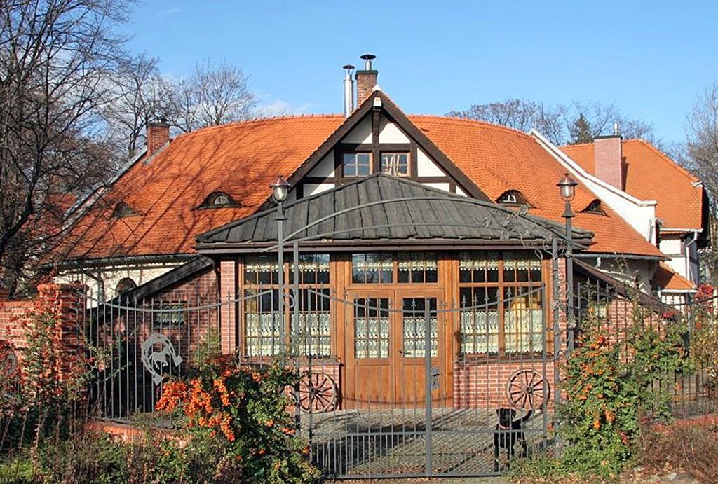 widok od strony frontowej na luksusową willę do sprzedaży w okolicy Wałbrzycha