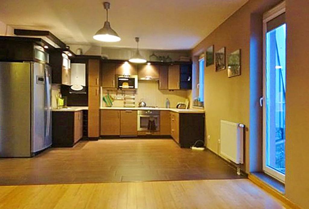 na zdjęciu widok z salonu na aneks kuchenny w apartamencie do wynajęcia w okolicach Wrocławia