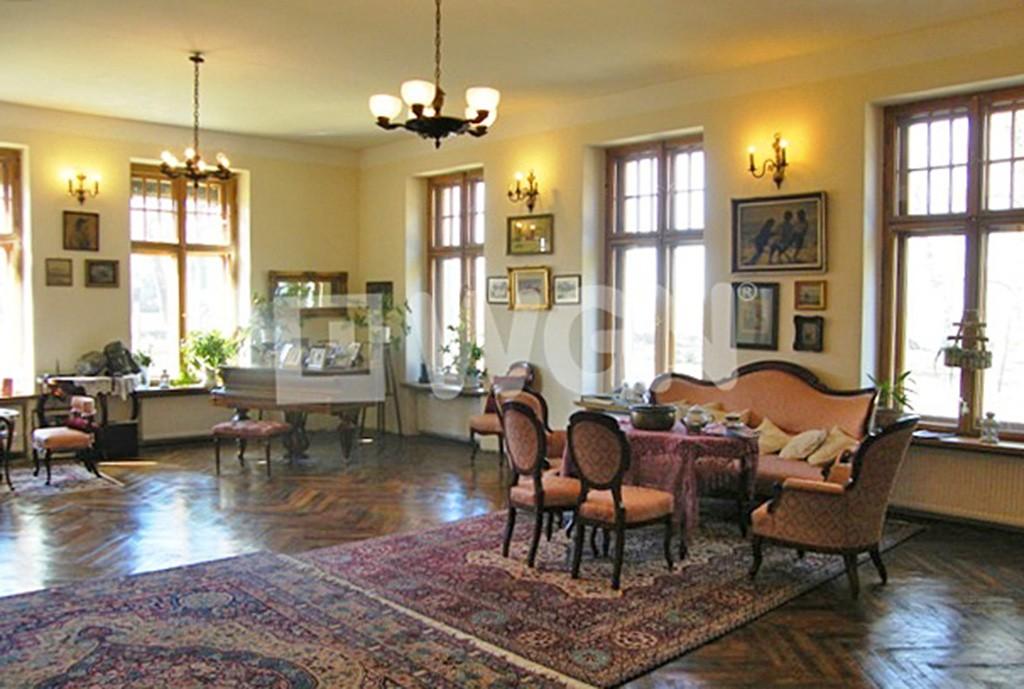 zdjęcie prezentuje luksusowy salon w dworze na sprzedaż w Drawsku Pomorskim