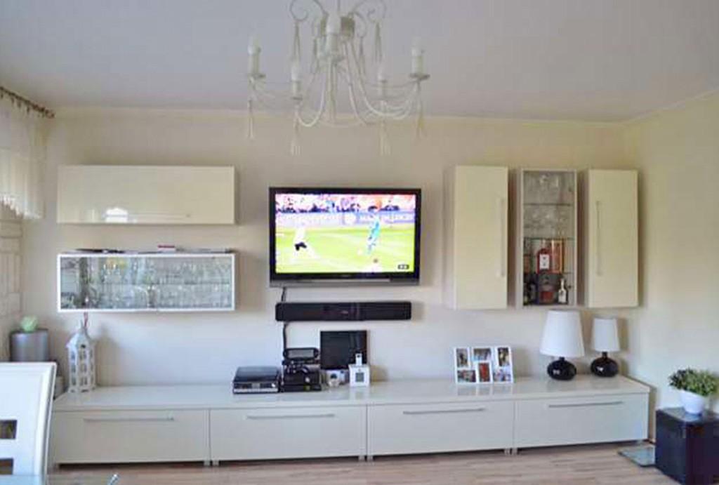 na zdjęciu ekskluzywny i nowoczesny salon w apartamencie do sprzedaży w Toruniu