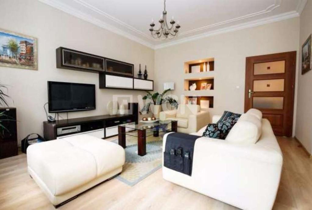 widok na luksusowy i nowoczesny salon w apartamencie do sprzedaży w Szczecinie