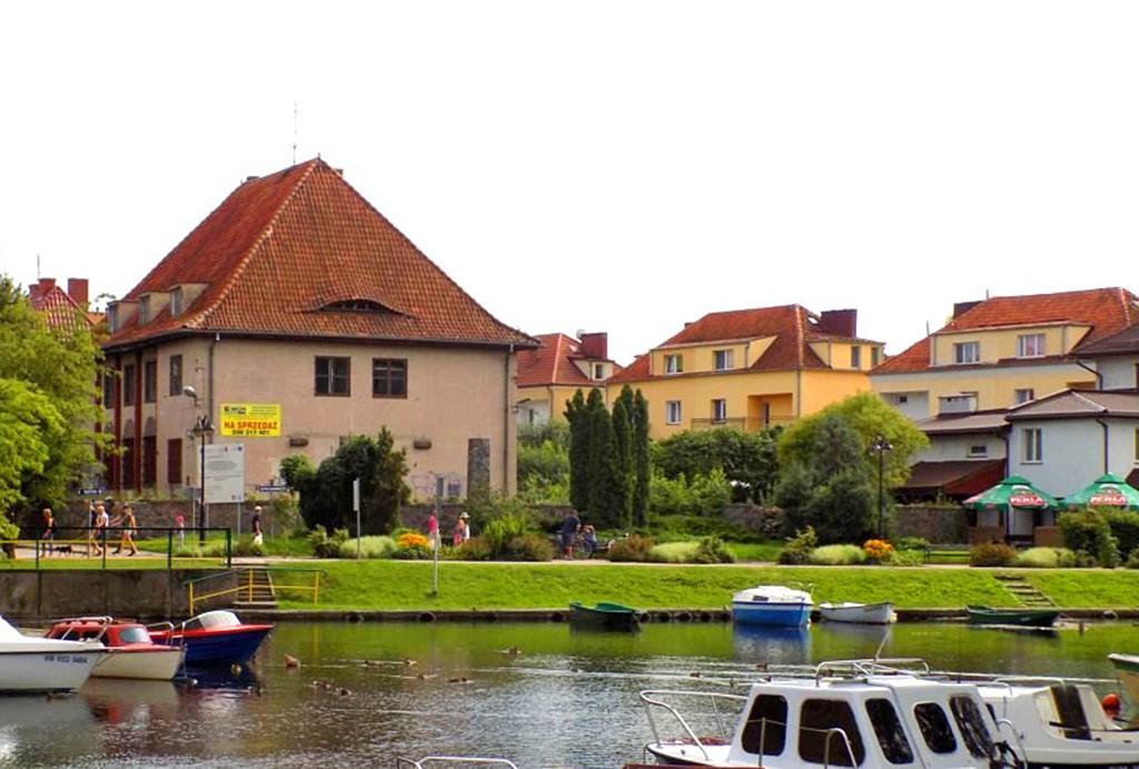 widok od strony jeziora na willę do sprzedaży na Mazurach