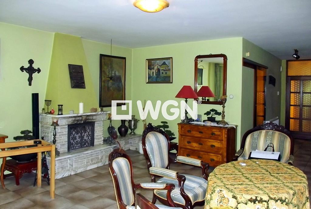 zdjęcie przedstawia salon z kominkiem w luksusowej willi do sprzedaży w Chorzowie