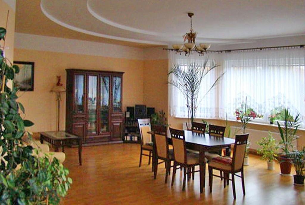 na zdjęciu salon w luksusowej willi do sprzedaży w Elblągu