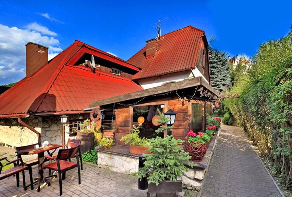 na zdjęciu widok od tyłu na luksusową willę w Kazimierzu Dolnym do sprzedaży