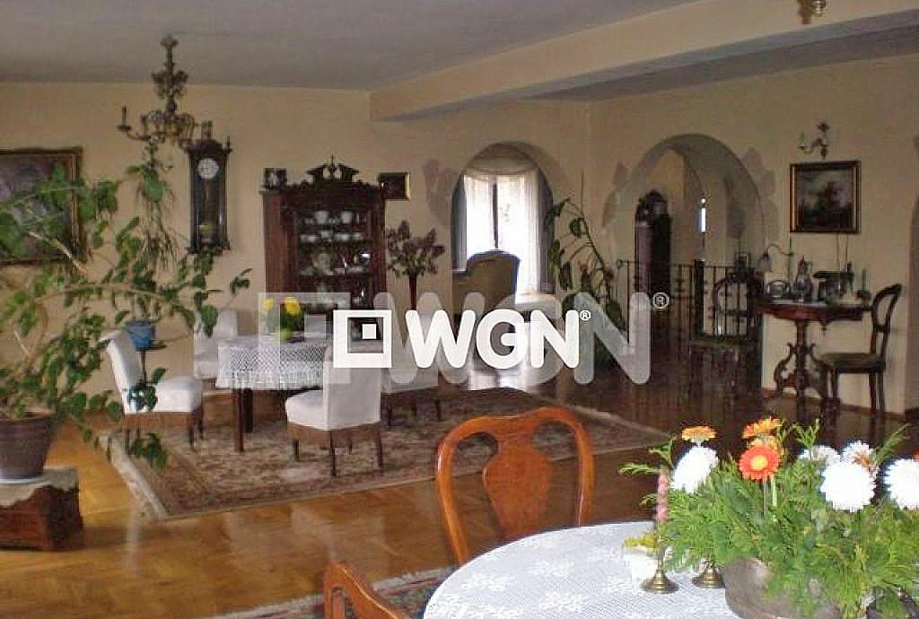 na zdjęciu luksusowy salon w ekskluzywnej willi do sprzedaży w Krakowie
