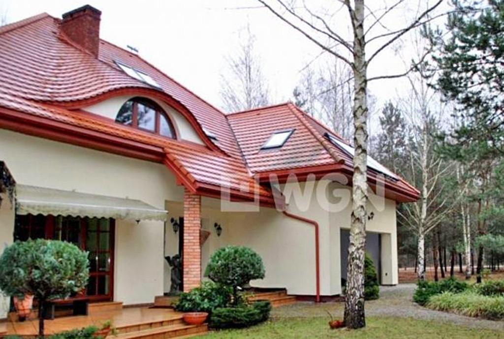 widok od strony tarasu na willę do sprzedaży w okolicy Warszawy