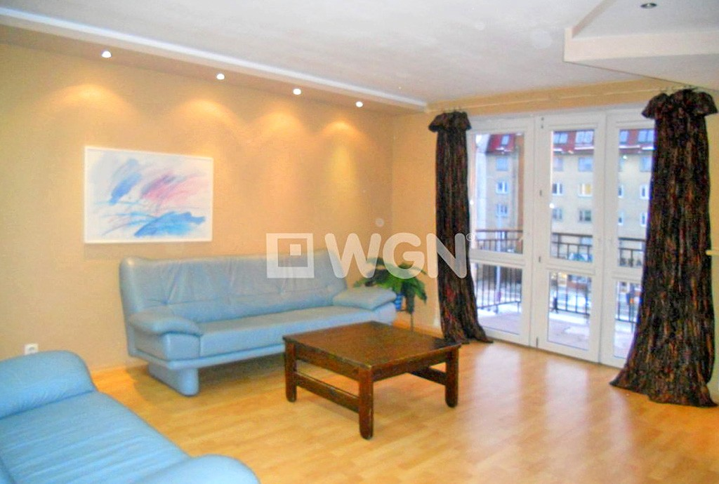 zdjęcie prezentuje luksusowy salon w ekskluzywnym apartamencie do sprzedaży na Mazurach