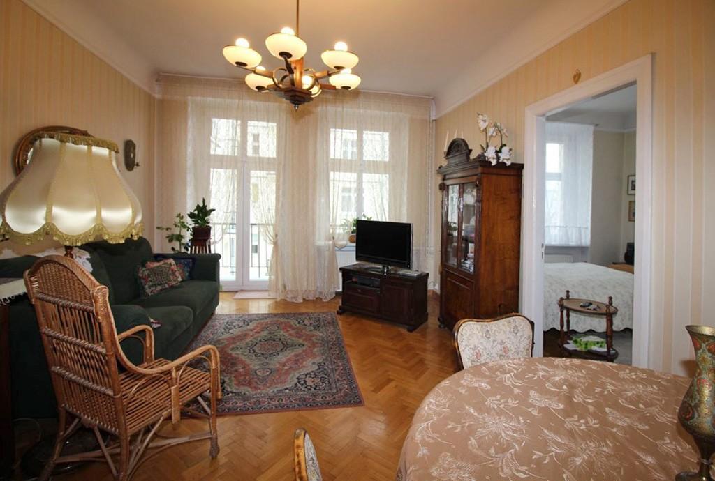 na zdjęciu salon w stylu klasycznym w luksusowym apartamencie do sprzedaży w Łodzi