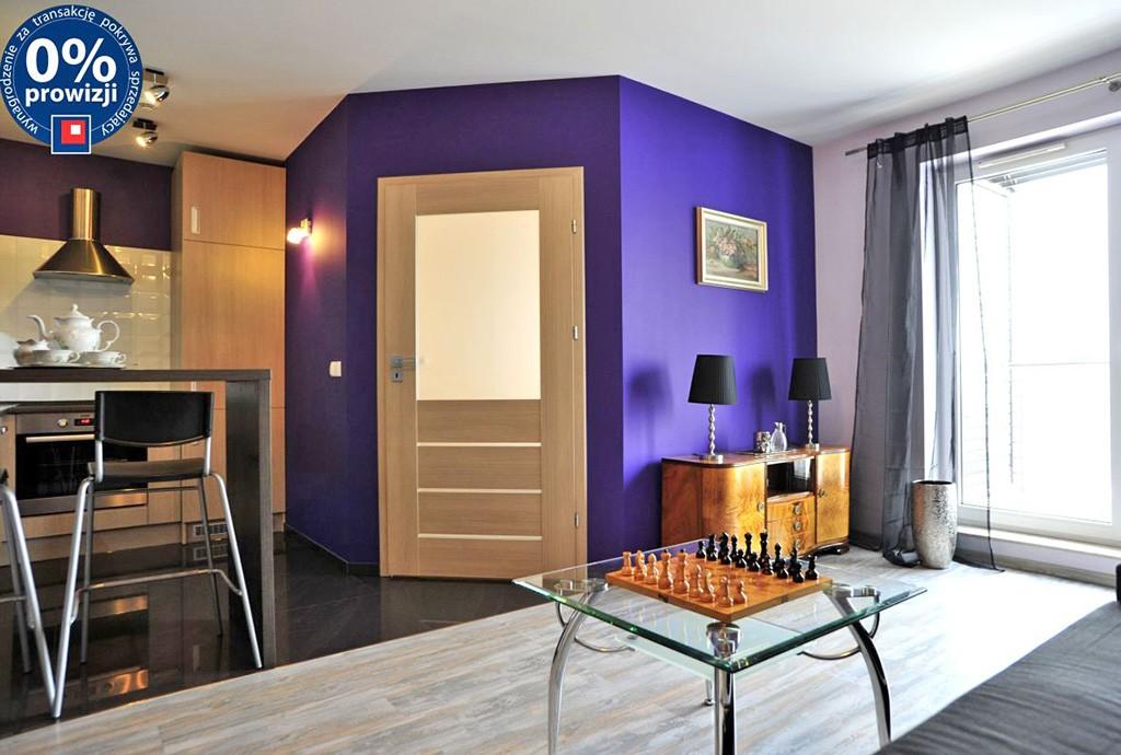 widok z innej perspektywy na luksusowy salon w apartamencie w Chorzowie na sprzedaż