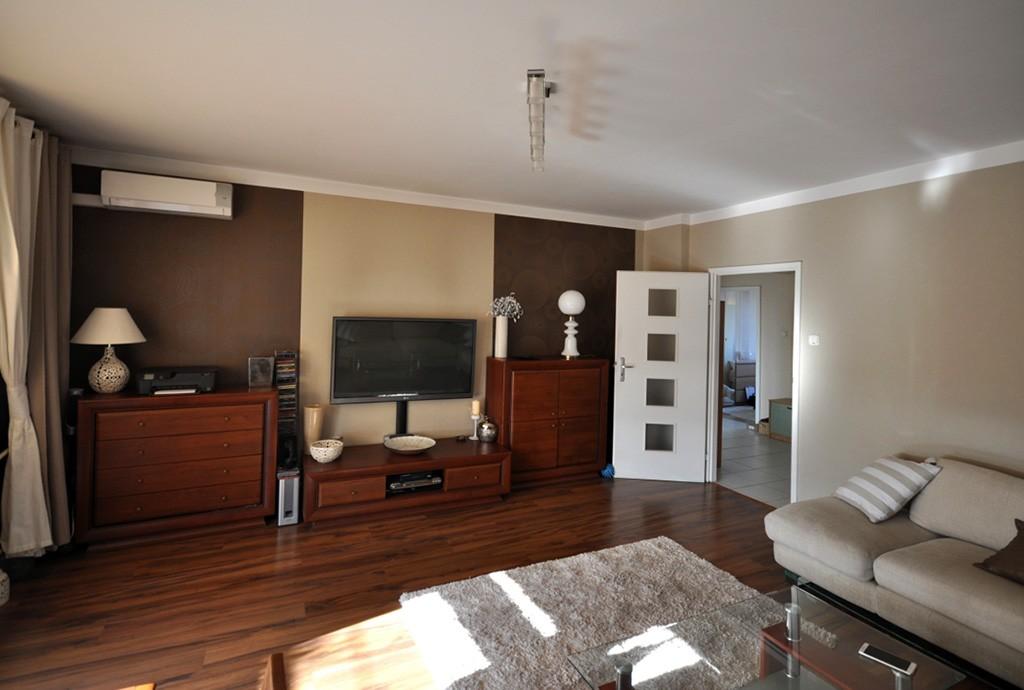 na zdjęciu salon w luksusowym apartamencie w Radomsku do sprzedaży