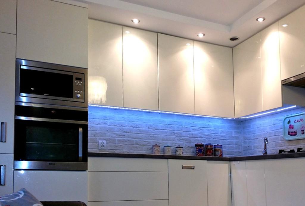 na zdjęciu komfortowa kuchnia w apartamencie do sprzedaży w Ustroniu