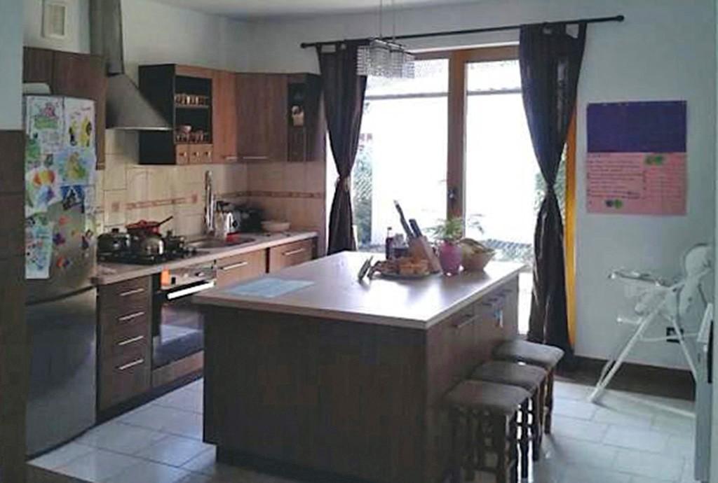 na zdjęciu elegancko wyposażona kuchnia w luksusowej willi nad jeziorem do wynajęcia