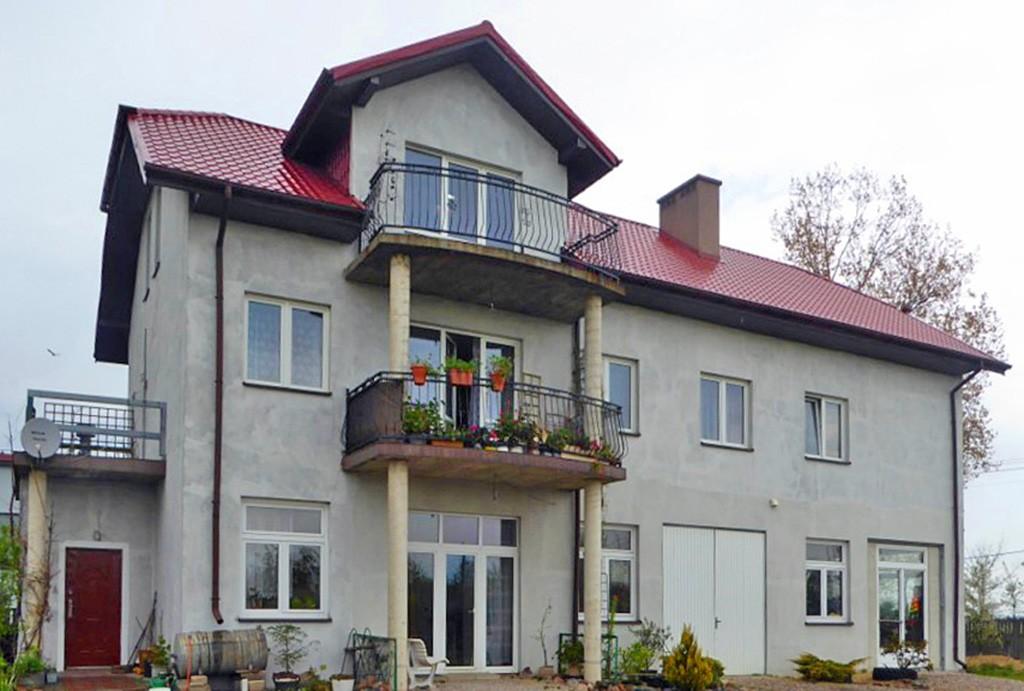 widok na okazałą i luksusową willę do sprzedaży w Piotrkowie Trybunalskim