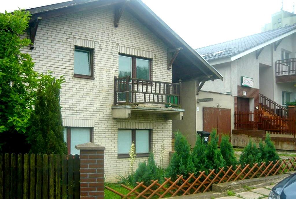 zdjęcie przedstawia widok z ulicy na willę do wynajęcia w Szczecinie