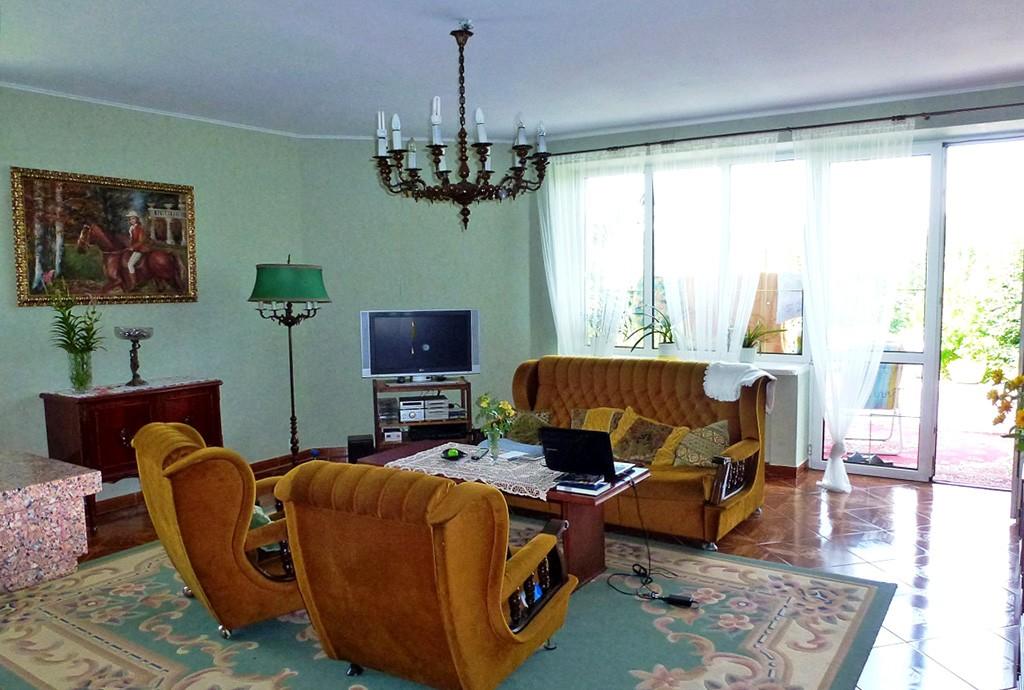 zdjęcie prezentuje luksusowy salon w ekskluzywnej willi na wynajem w Tarnowie
