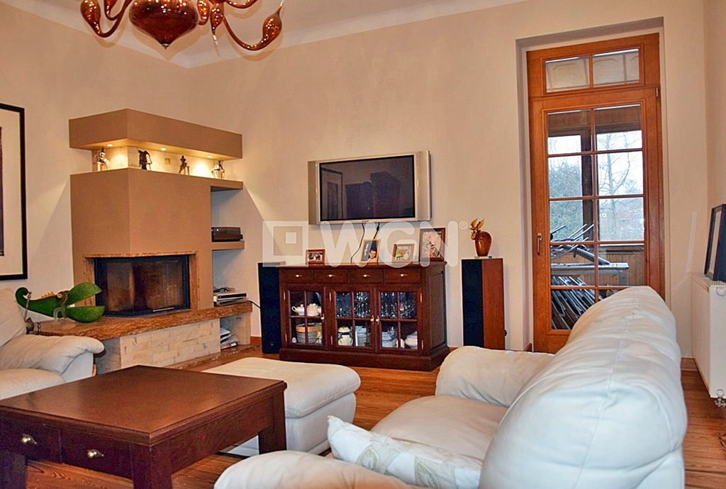 na zdjęciu ekskluzywny salon w luksusowym apartamencie do sprzedaży w Bolesławcu