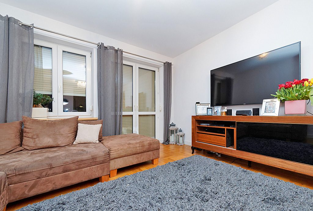 na zdjęciu luksusowy salon w ekskluzywnym apartamencie do sprzedaży w Tarnowie