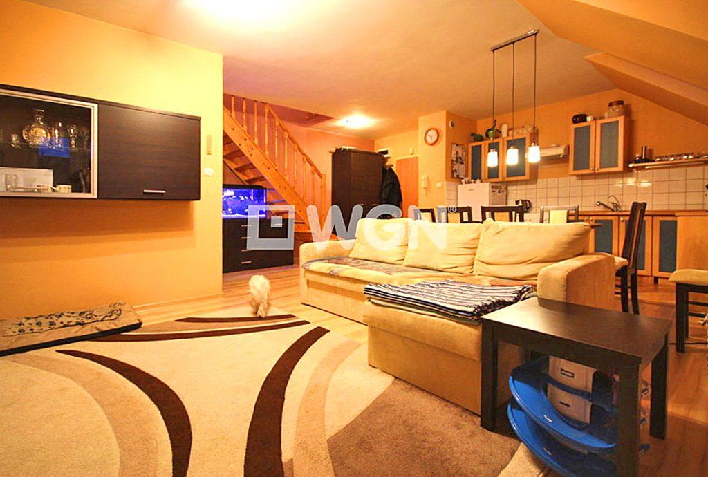 zdjęcie przedstawia komfortowy salon w apartamencie do sprzedaży w okolicach Szczecina