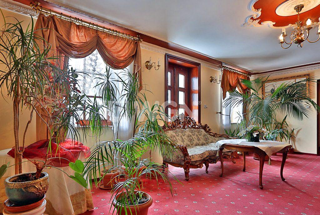 zdjęcie prezentuje ekskluzywne wnętrze luksusowego dworu do sprzedaży w okolicy Katowic