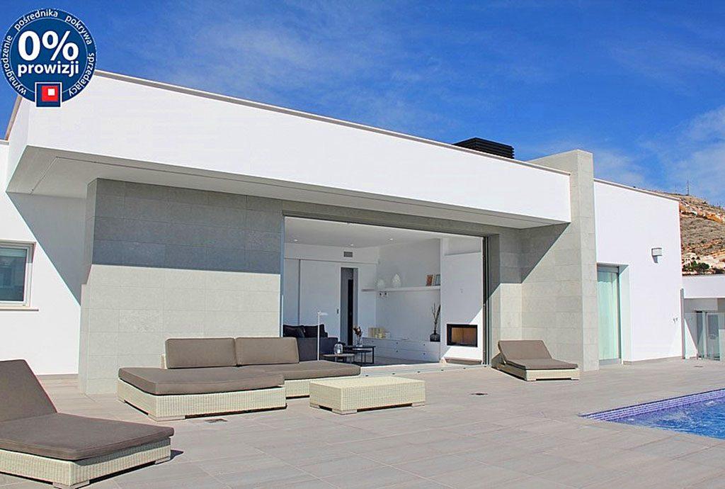 widok od strony tarasu na luksusową willę do sprzedaży w Hiszpanii