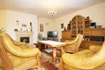 salon ze stylowym kominkiem w luksusowej willi na sprzedaż w Wieluniu