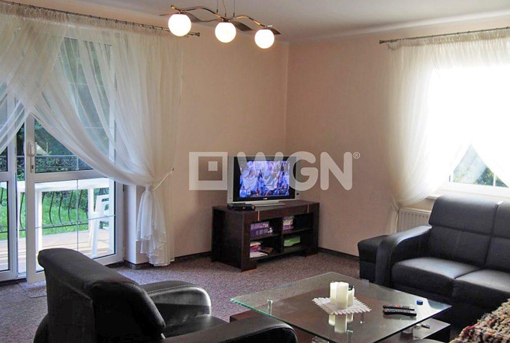zdjęcie prezentuje luksusowy salon w ekskluzywnej willi do sprzedaży w okolicy Bielska-Białej