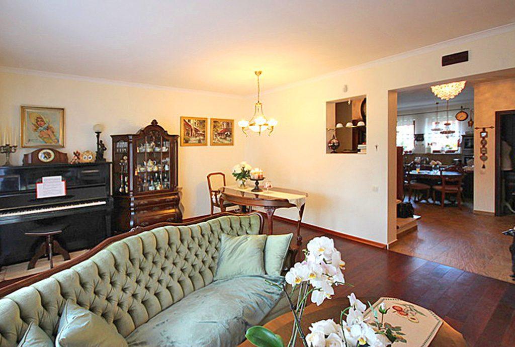 na zdjęciu luksusowy salon w willi na wynajem w Szczecinie