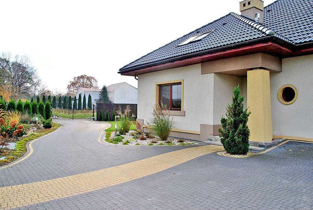na zdjęciu reprezentacyjne wejście do luksusowej willi na sprzedaż w okolicy Warszawy