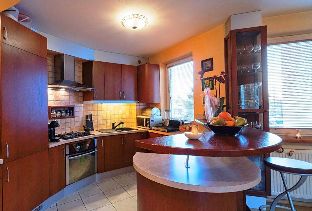 na zdjęciu komfortowo i nowocześnie wyposażony aneks kuchenny w apartamencie do sprzedaży w Białymstoku