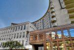 widok z zewnątrz na apartamentowiec w Warszawie, w którym znajduje się oferowany na sprzedaż luksusowy apartament
