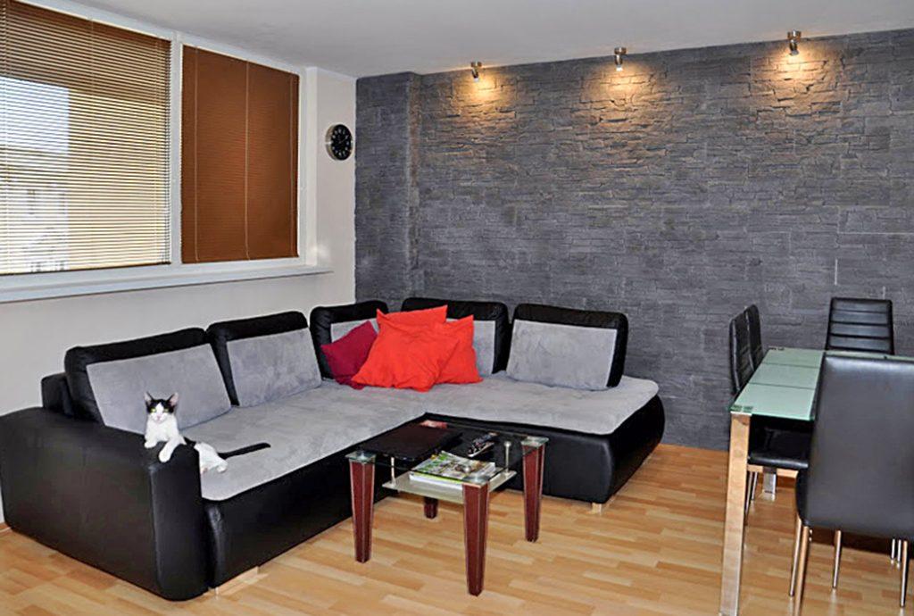 fragment luksusowego salonu z oryginalnym oświetleniem w luksusowym apartamencie do sprzedaży w okolicach Wrocławia