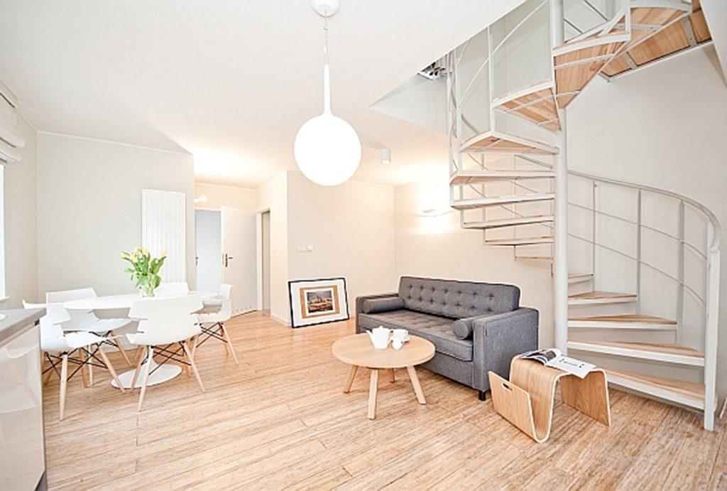 salon oraz schody na górny poziom w apartamencie do sprzedaży nad morzem