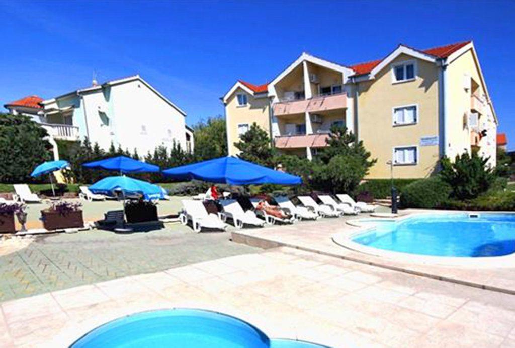 widok na luksusowy apartamentowiec w Chorwacji, w którym znajduje się oferowany na sprzedaż luksusowy apartament