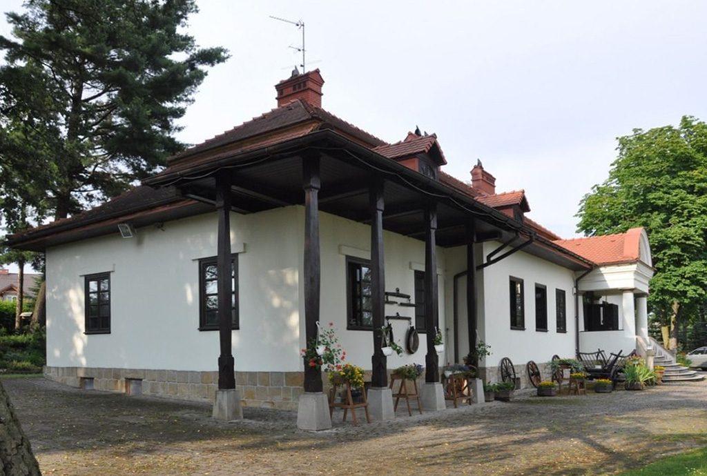 zdjęcie prezentuje widok z boku na dwór do sprzedaży w okolicach Krakowa