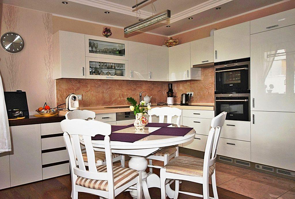 na zdjęciu nowoczesny aneks kuchenny w luksusowym apartamencie do sprzedaży w Białymstoku