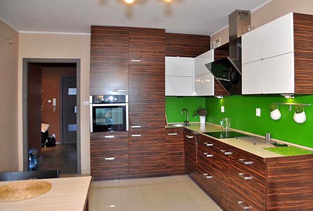 zdjęcie prezentuje nowoczesny aneks kuchenny w luksusowym apartamencie do sprzedaży w okolicach Wrocławia