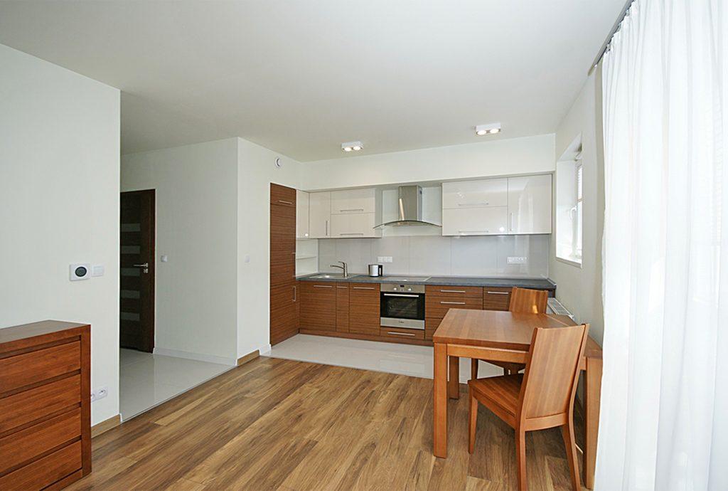 na zdjęciu widok z salonu na aneks kuchenny w luksusowym apartamencie do wynajęcia w Katowicach