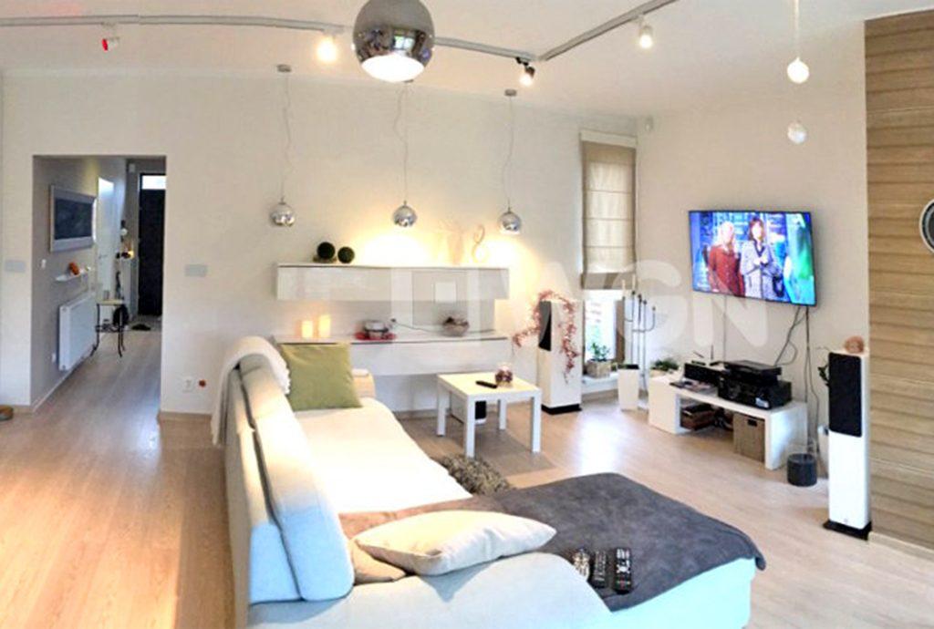 zdjęcie prezentuje luksusowy salon w ekskluzywnej willi do wynajmu w okolicy Szczecina