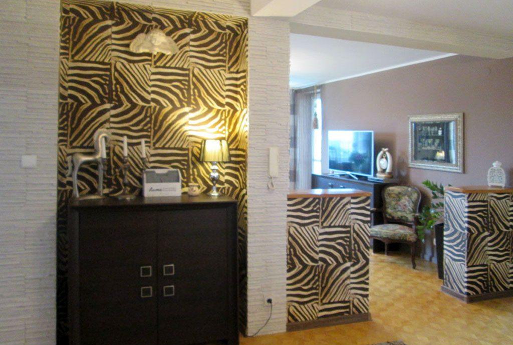 na zdjęciu przedpokój i salon w luksusowym apartamencie do sprzedaży w Kaliszu