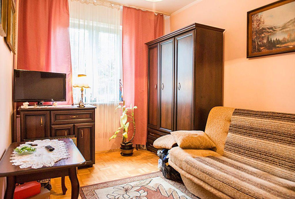zdjęcie przedstawia stylowy salon w luksusowym apartamencie do sprzedaży we Wrocławiu
