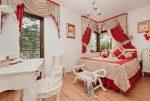 jeden z ekskluzywnych pokoi w luksusowym pensjonacie do sprzedaży w Pobierowie