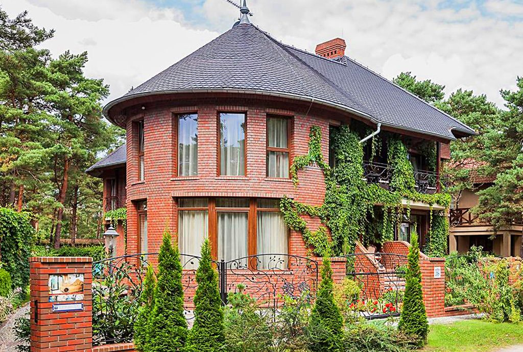 widok od strony ulicy na ekskluzywny pensjonat do sprzedaży w Pobierowie