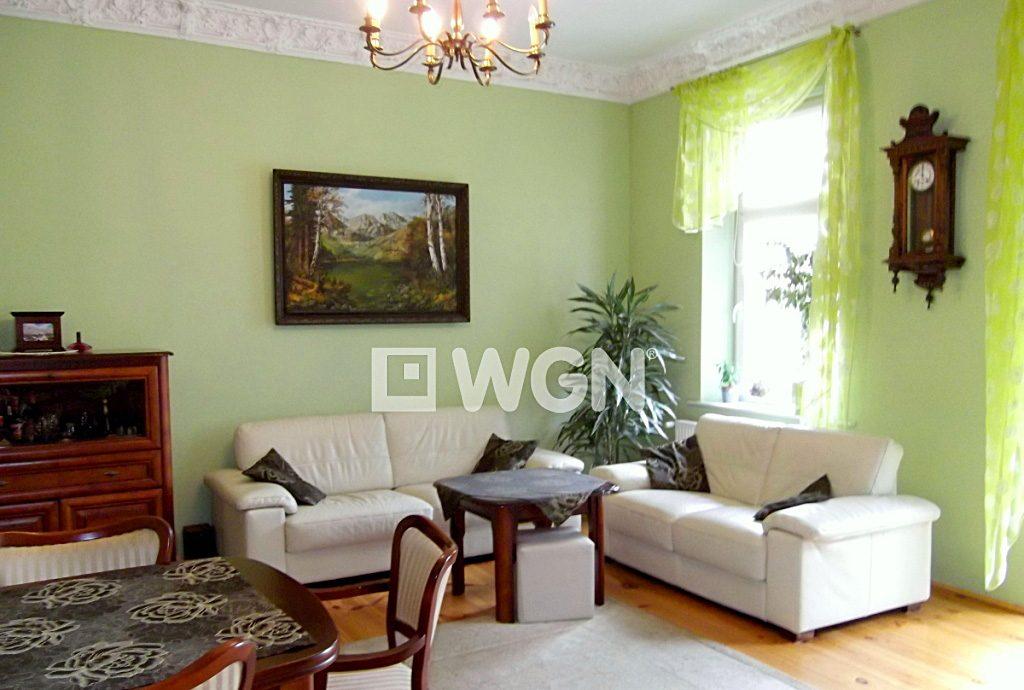 zdjęcie prezentuje stylowy salon w luksusowym apartamencie do sprzedaży w Legnicy