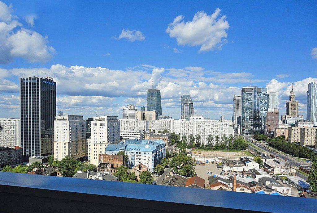 imponujący widok z balkonu luksusowego apartamentu do wynajęcia w Warszawie